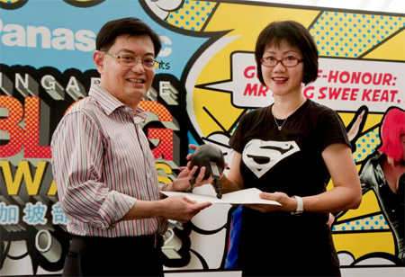 Leonny menerima trofi dari Heng Swee Keat, Menteri Pendidikan Singapura
