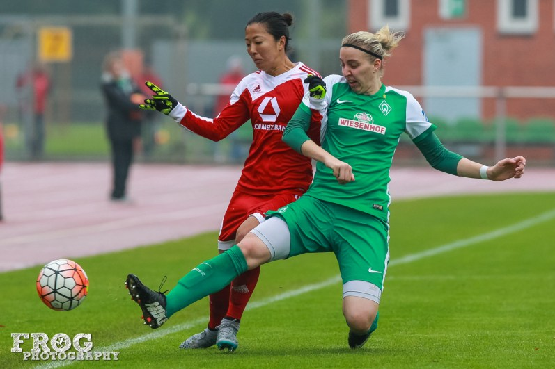 Yuki Ogimi (FFC) and Katharina Schiechtl (WB) battle for the ball.