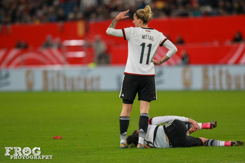 Anja Mittag (GER) calls the trainers for Lina Magull.