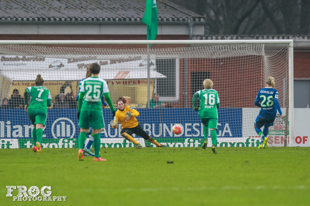 Lena Goeßling (WOB) scores from the penalty spot.