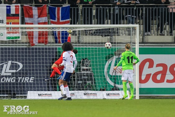 Almuth Schult (WOB) misses Camille Abily's free kick (OL)