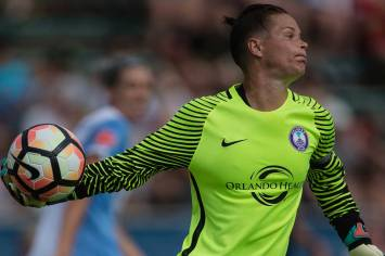 Pride goalkeeper Ashlyn Harris distributes the ball. (Shane Lardinois)