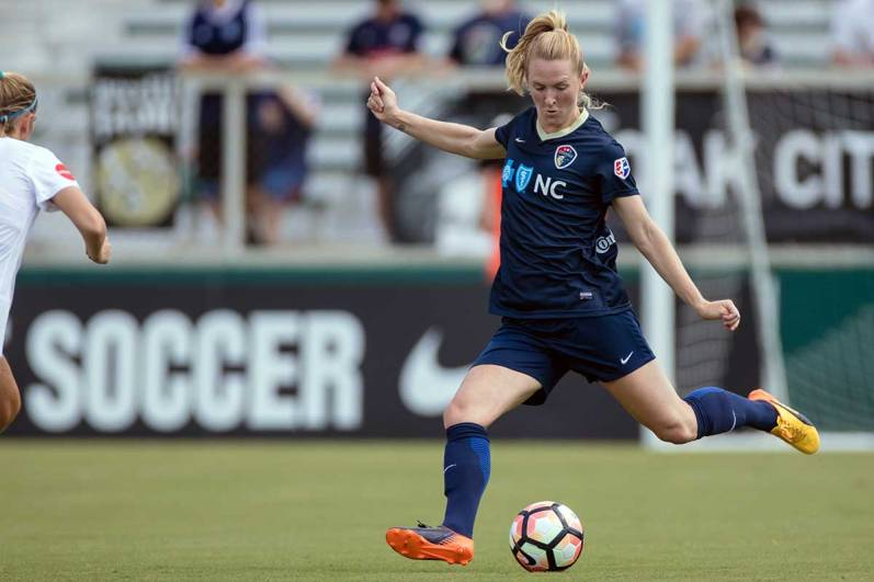 Sam Mewis looks to distribute the ball. (Shane Lardinois)