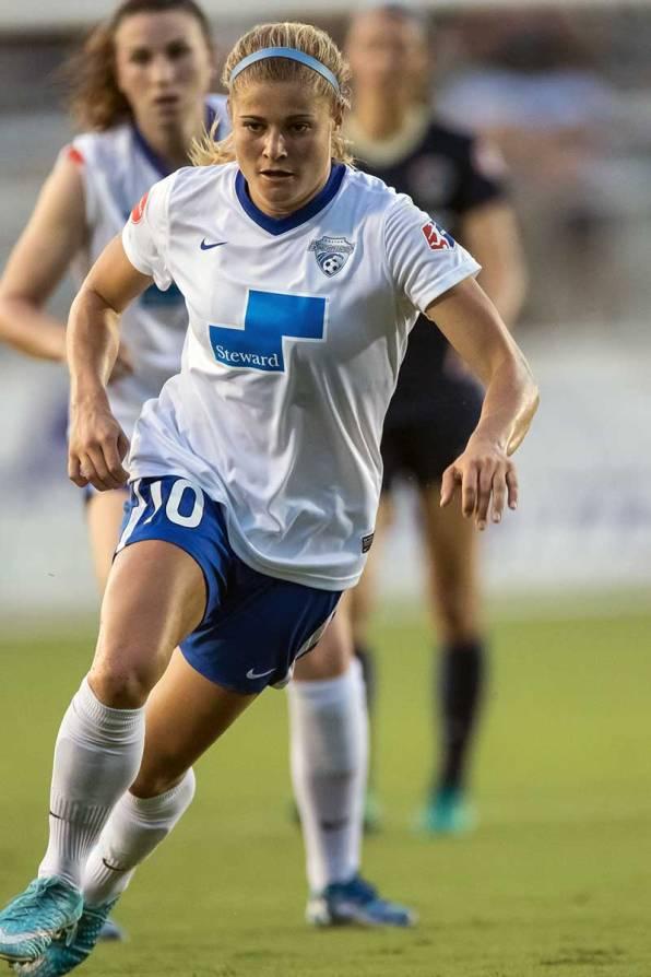 Rosie White focused and on the attack. (Shane Lardinois)