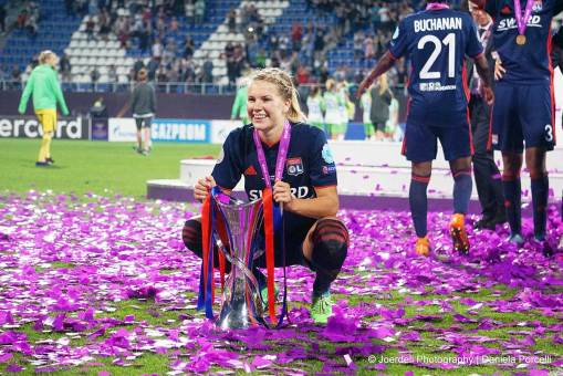 Ada Hegerberg with the 2018 Champions League trophy. (Daniela Porcelli)