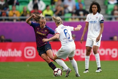 Barcelona's Toni Duggan taking on Lyon's Amandine Henry. (Daniela Porcelli / OGM)