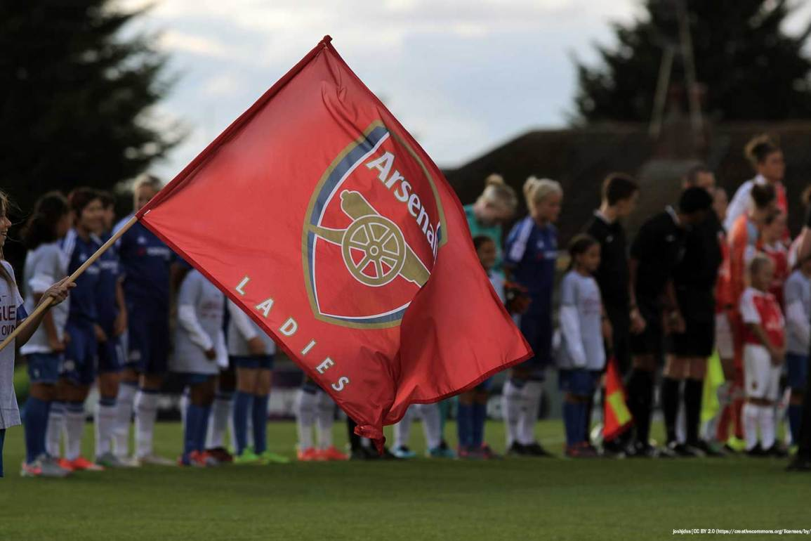 Arsenal flag before the game (joshhdss, Wiki Commons).