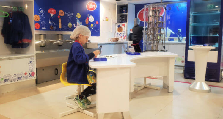 Kidzania Dubai Review | Biscuit decorating