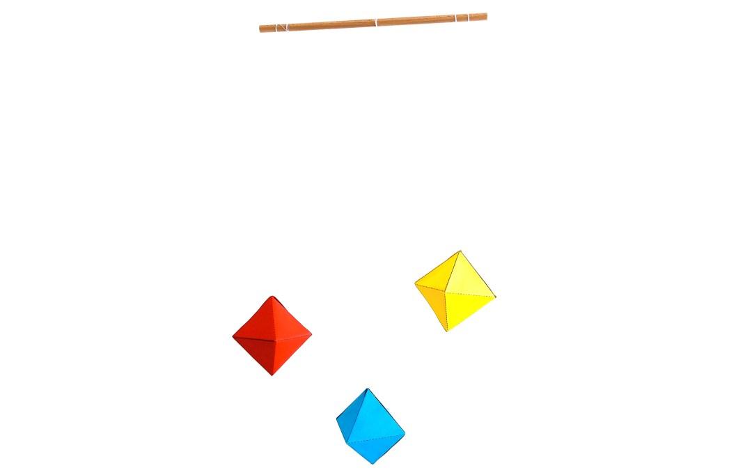 Wie du ein Montessori Oktaeder Mobile simpel und schnell selbst machst [mit kostenloser Druckvorlage]