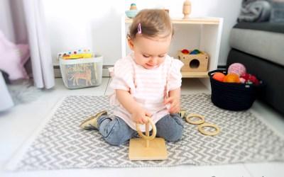 Auf Cosimas Regal im Wohnzimmer mit 12 Monaten