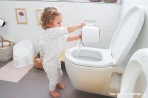 Montessori Badezimmer Waschtisch Wassereimer wegbringen und in die Toilette gießen