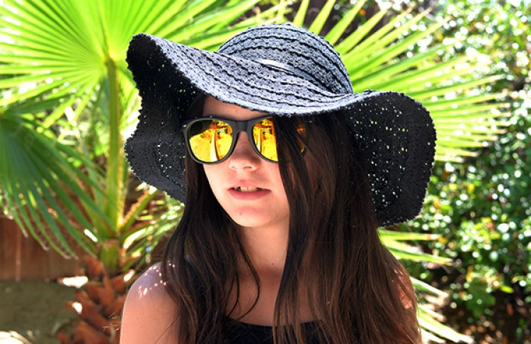 Kid with sunglasses and sun hat