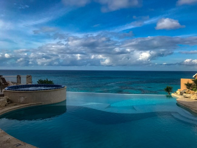 The Reefs Resort & Club's incredible infinity pool and hot tub overlooking the Atlantic Ocean in Bermuda.