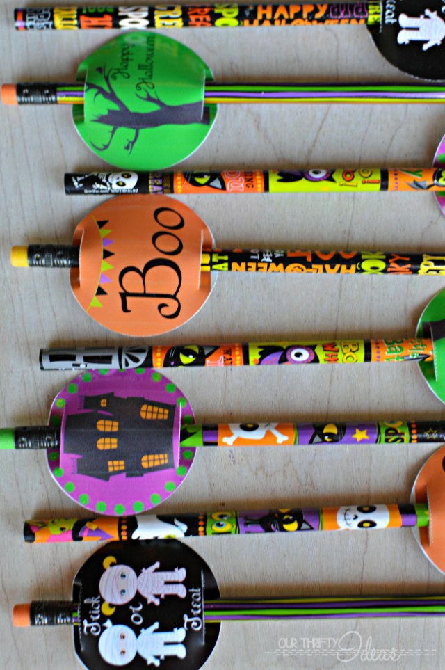 such a cute idea for a Halloween gift for friends Of even for trick or treaters. use the free printable and hand these out on Halloween night