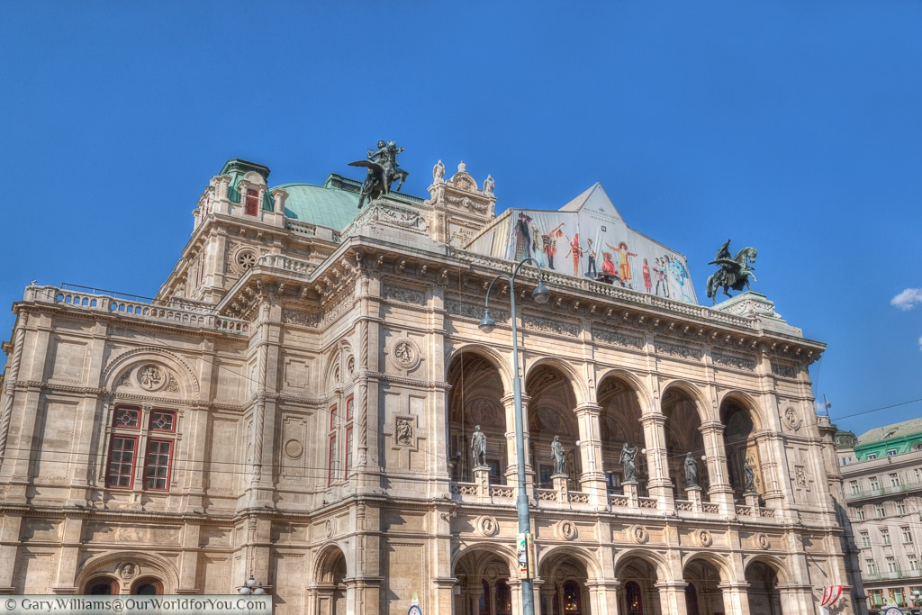 The state Opera House, Staatsoper. A busy scene, on the bustling Ringstraße, Vienna, Austria