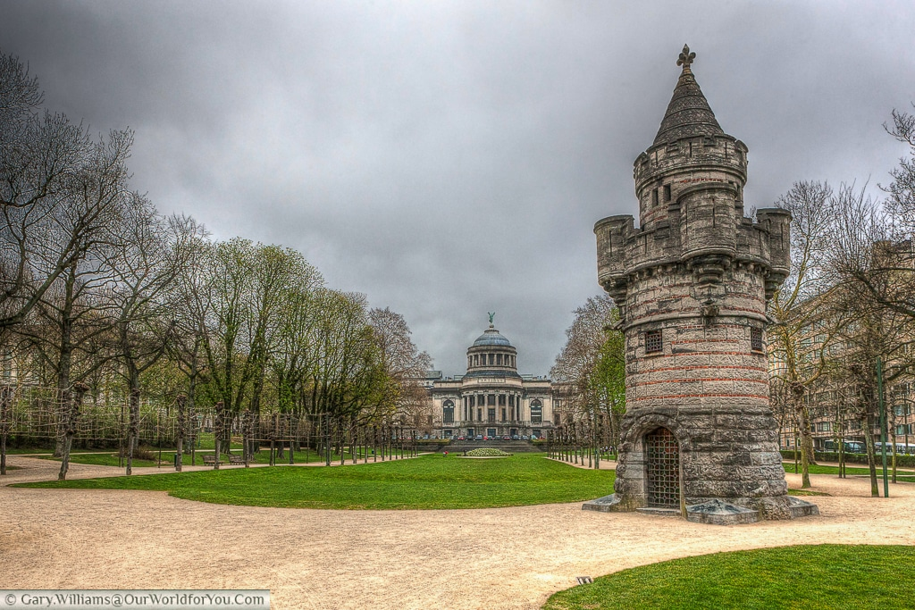 This quirky little tower sits in the Parc du Cinquantenaire, with the Cinquantenaire Museum in the background.