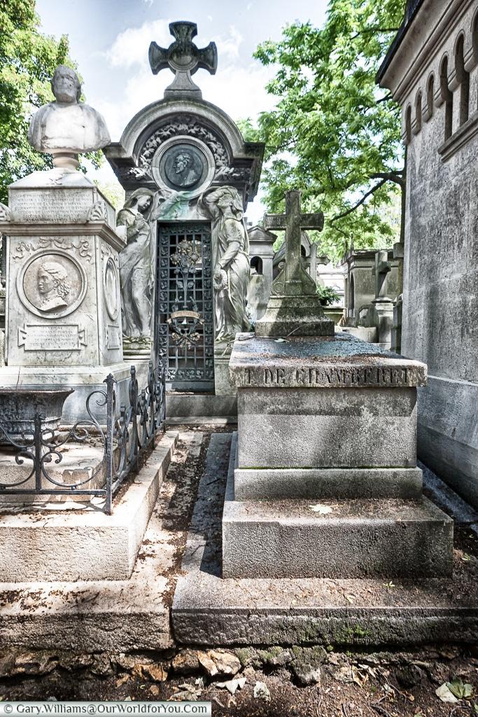 Squeezed in, Père Lachaise Cemetery, Paris, France