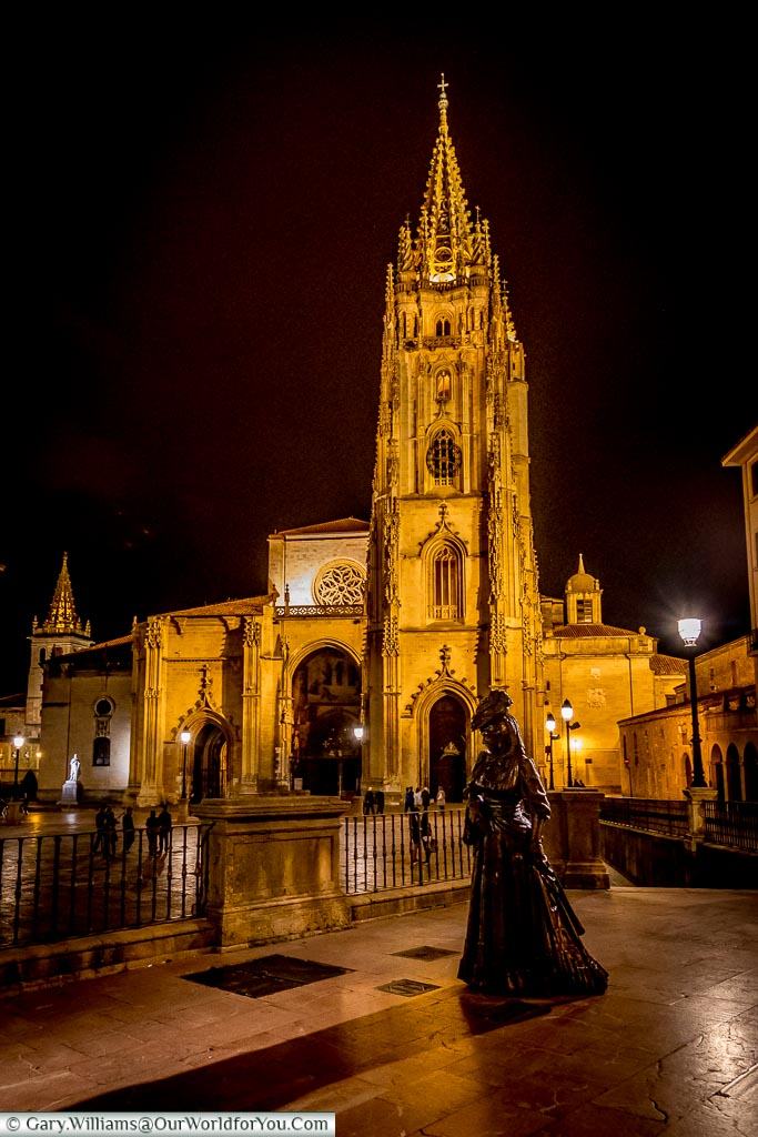 La Regenta and Cathedral at night, Oviedo, Spain