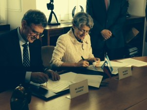 Signature of the contract by JSI Director, Professor Jadran Lenarčič and UNESCO Director-General, Ms Irina Bokova — at UNESCO HQ In Paris.