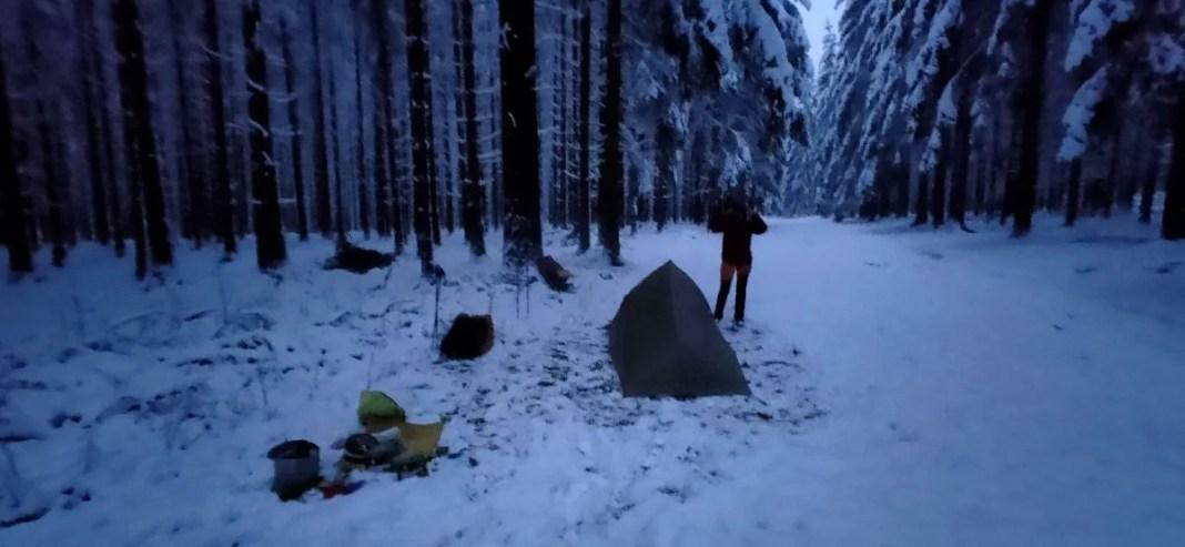 Tent opzetten in de sneeuw