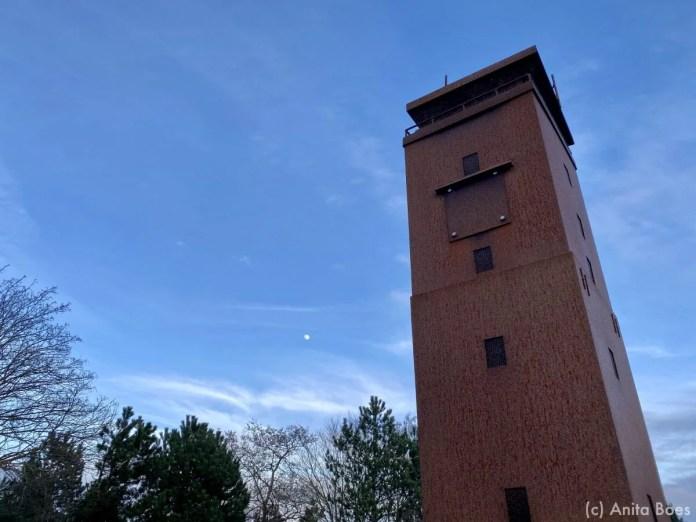 Aan de Dellewal staat een mooie replica van de Brandaris. Schitterend bij de volle maan.