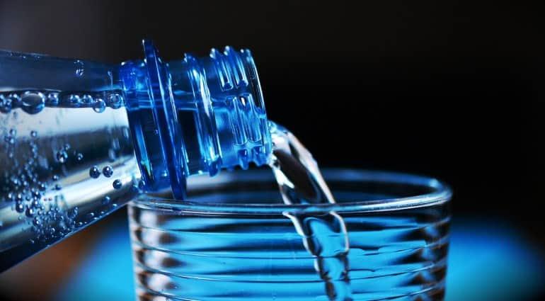Plastikflasche mit Glas