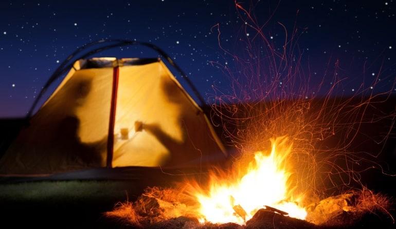 Einmannzelt-Lagerfeuer