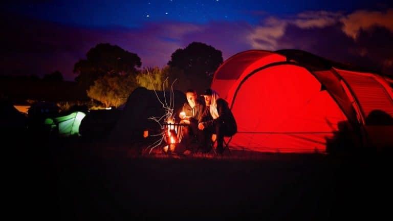 Camper vor ihrem Feuer