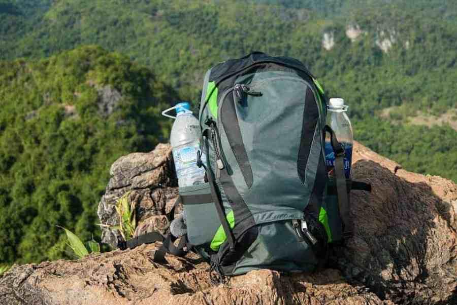 Plastikflasche in Rucksack