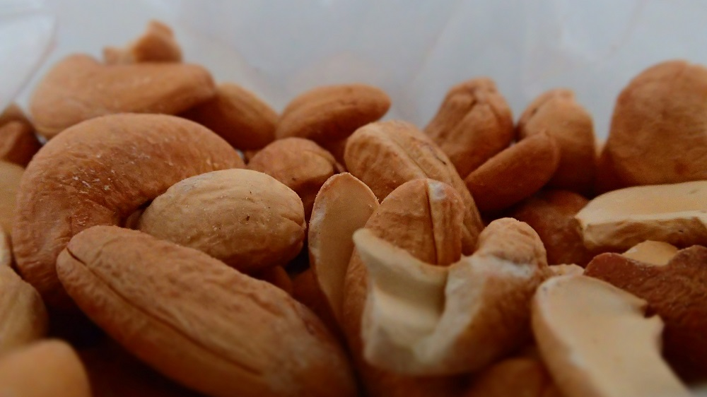Cashew nuts for fats and proteins on the go