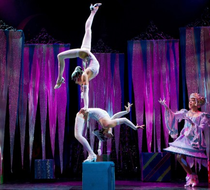 Cirque-Dreams-Holidaze-Acrobats