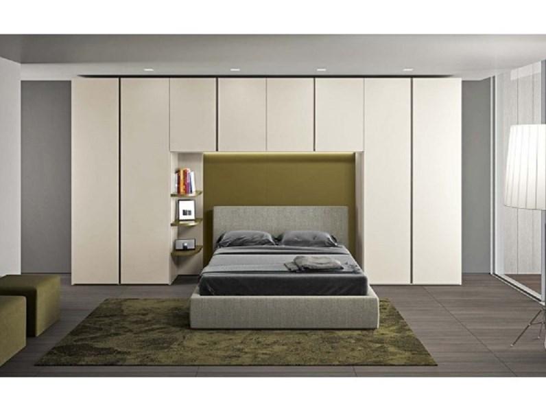 In una camera da letto possono ovviamente essere posizionate anche delle mensole per creare dei punti di appoggio aggiuntivi. Camera A Ponte Con Illuminazione E Mensole