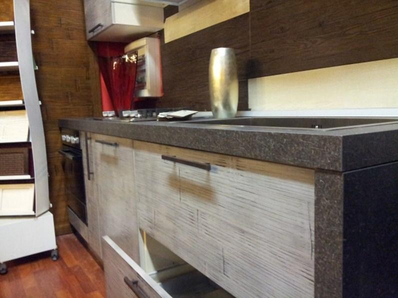 cucina lineare moderna in crash bambu e legno grigio