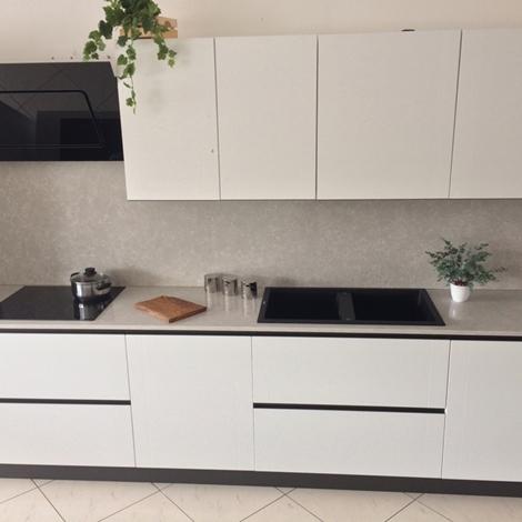 Cucina bianca artigianale in legno laccato poro aperto top