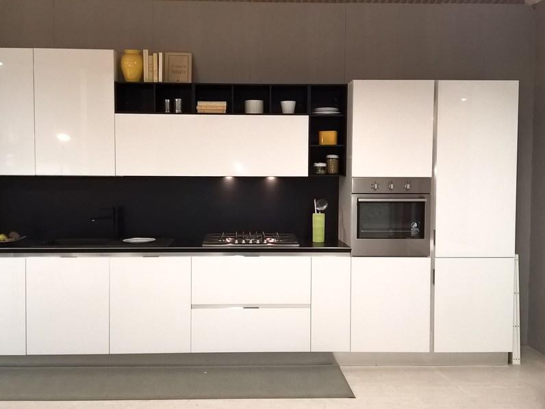 Cucina bianca lucida con schienale e pensili a giorno in promozione