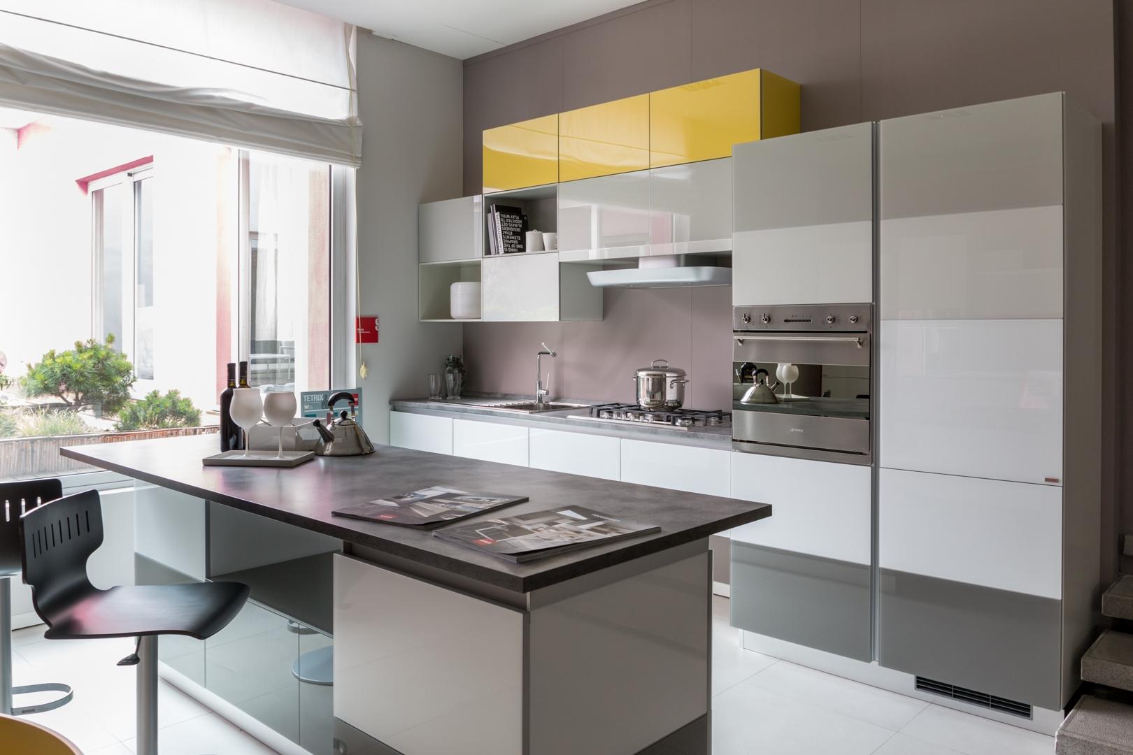 Cucina con isola Scavolini modello Tetrix scontata del 55