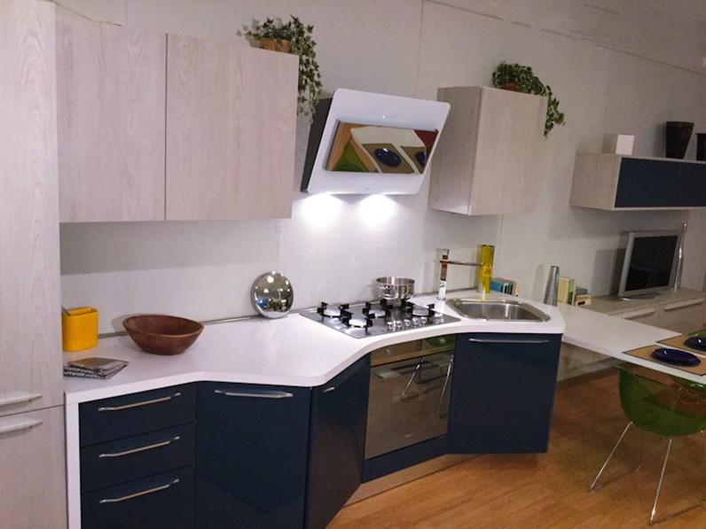 Cucina laccata lucida con penisola scontata del 45