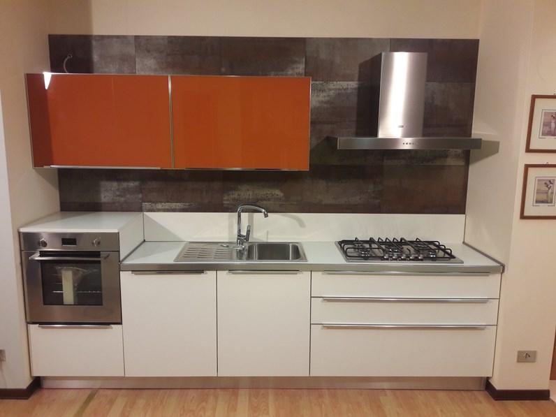 Cucina lineare in laminato bianco lucido e pensili in vetro laccato arancio a prezzo scontato