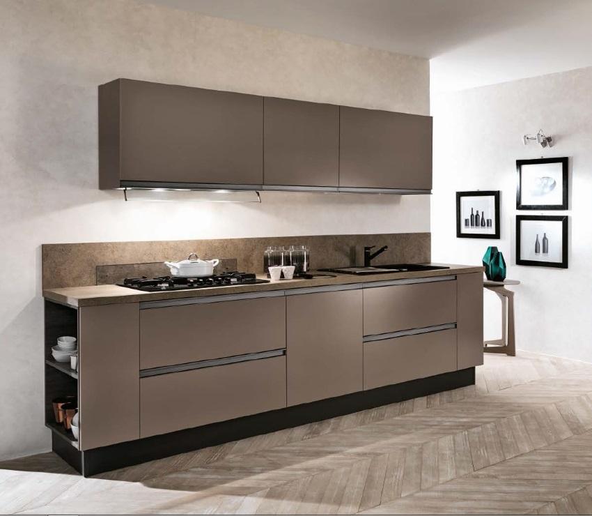 cucina lineare con colonne frigo e forno laccata opaca
