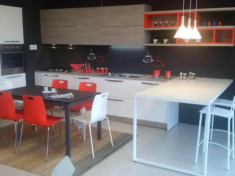 Cucina moderna con penisola Arredo3 Cloe a prezzo ribassato