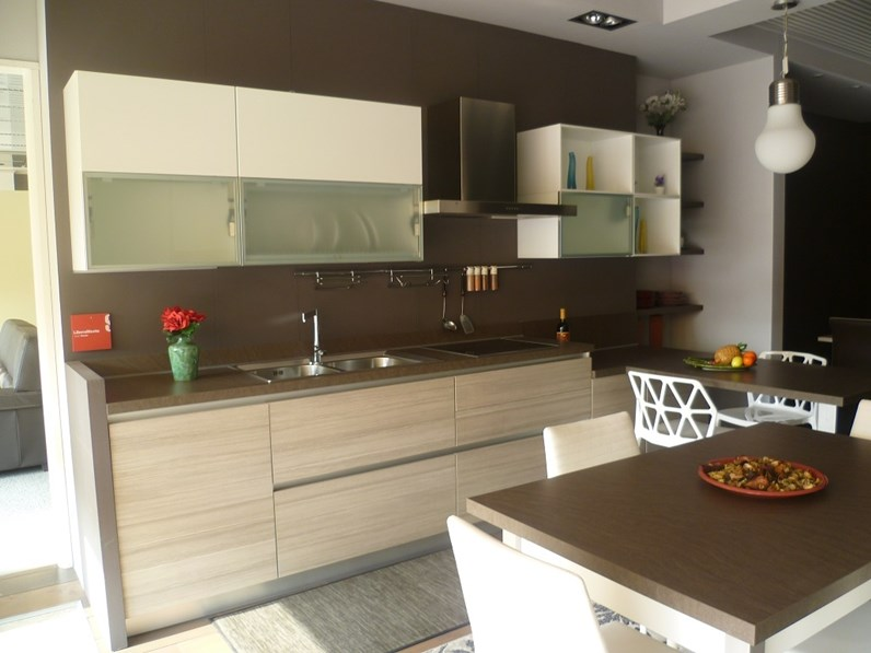 Cucina Scavolini moderna con penisola bianca in laccato