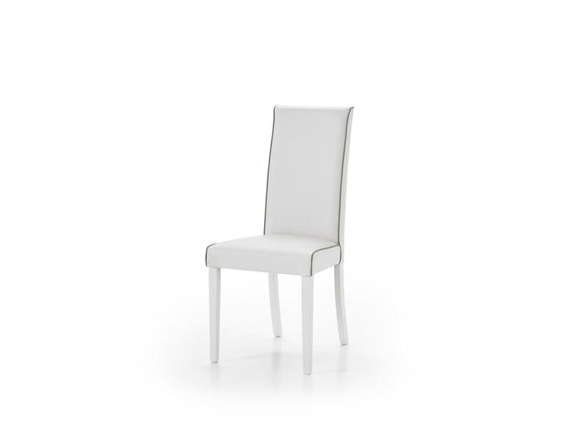 Soggiorno in legno bianco con tavolo sedie mobile tv e