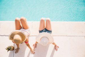 Tomando el sol en la piscina