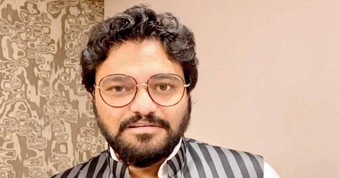 Bjp leader Babul Supriyo angry at the Holi celebrations, slapped party worker
