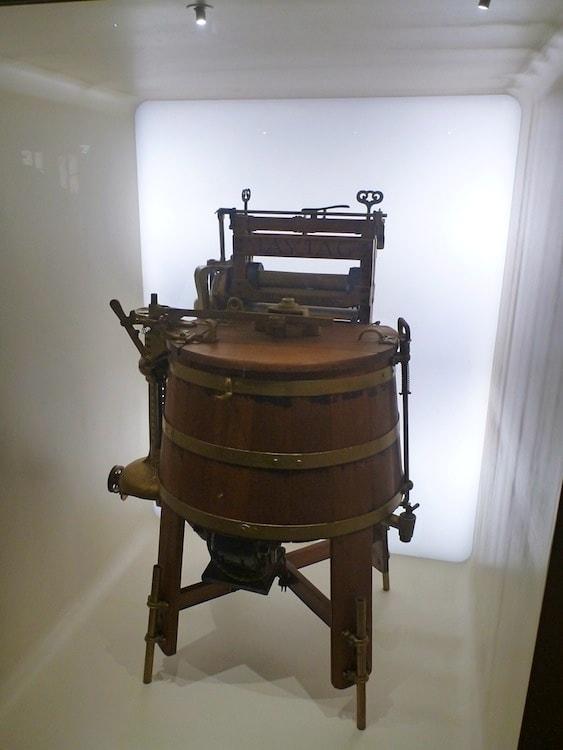 Primeira máquina de lavar roupa da história