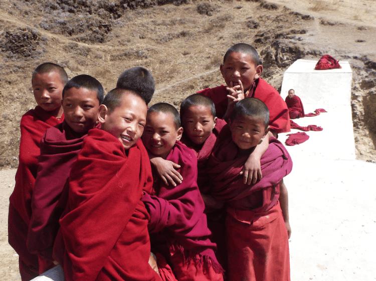 Jovens monges no monastério de Litang no Tibete China