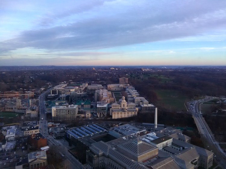 Parte da Universidade de Pittsburgh vista de cima da Catedral do Ensinamento