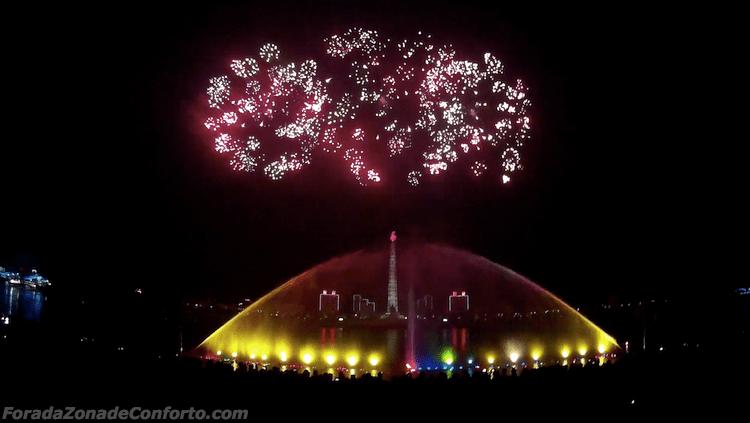 Fogos de artifício por trás da Torre Juche