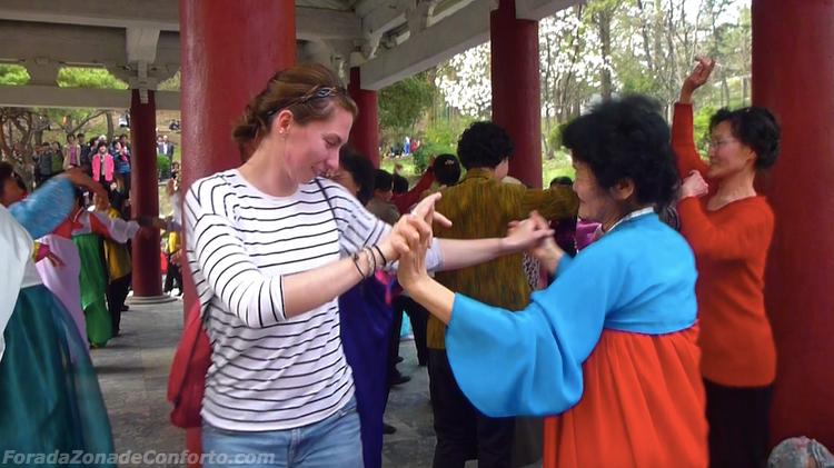 Norte-coreana dançando com estrangeiros