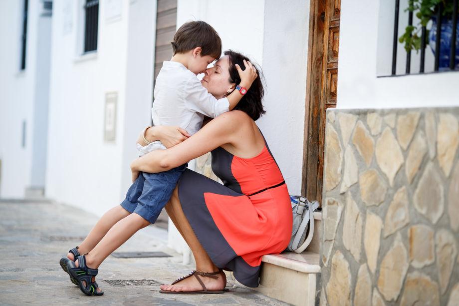 mamma-e-figlio-abbracciati